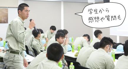 質問する生徒の写真